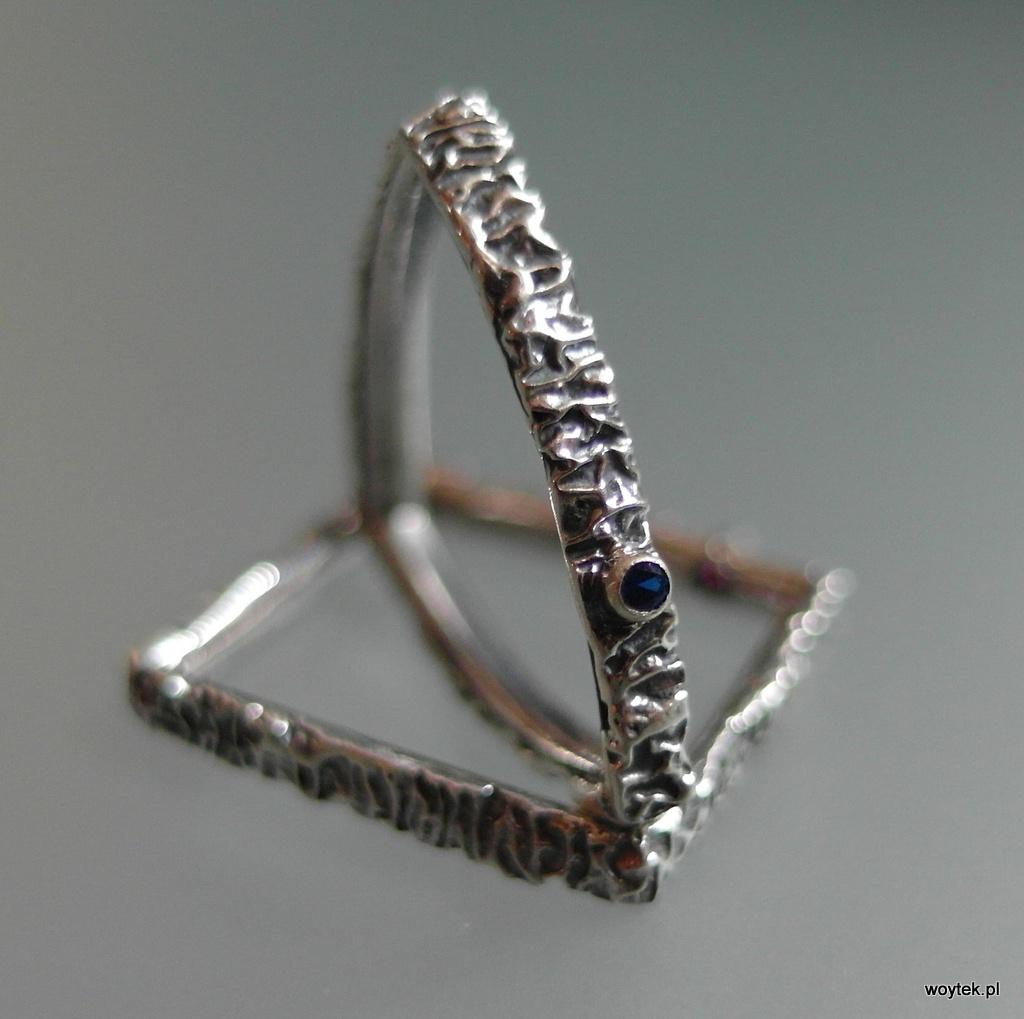 Srebrne pierścionki geometryczne z cyrkonią