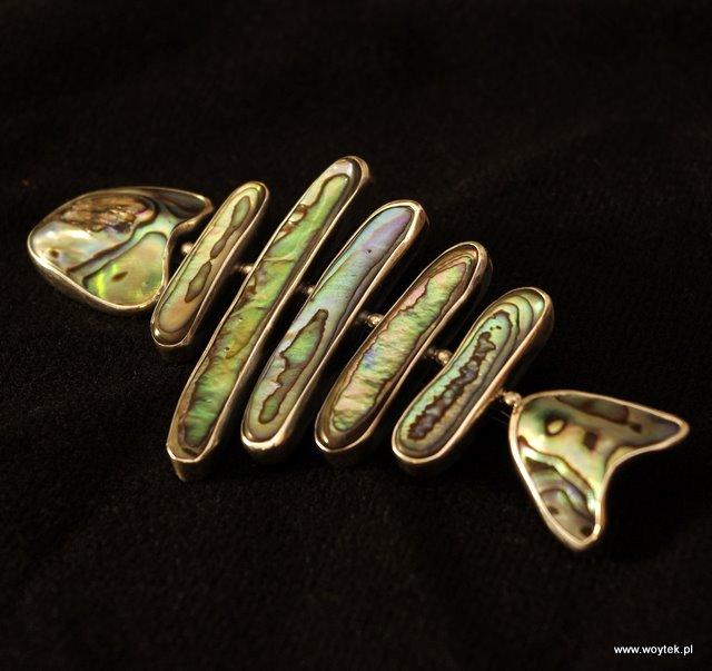 Srebrna broszka ryba z masą perłową