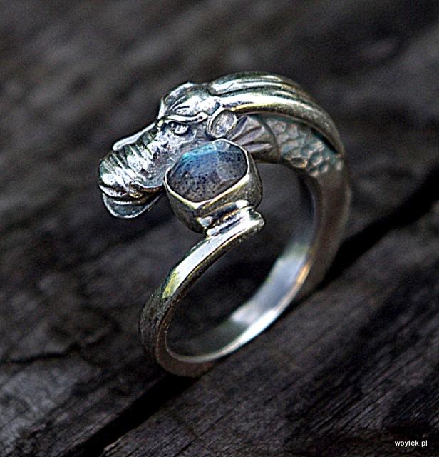 Srebrny pierścionek Smok z labradorytem