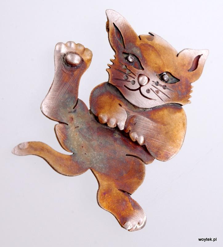 Srebrny broszko-wisior Kot na Plecach