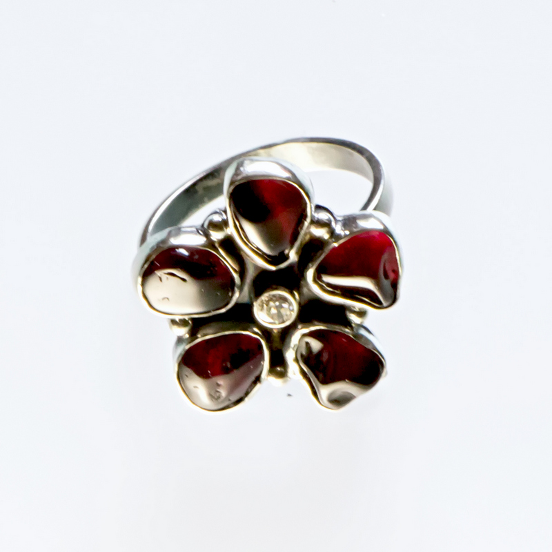 Srebrny pierścionek Kwiat z granatami i cyrkonią