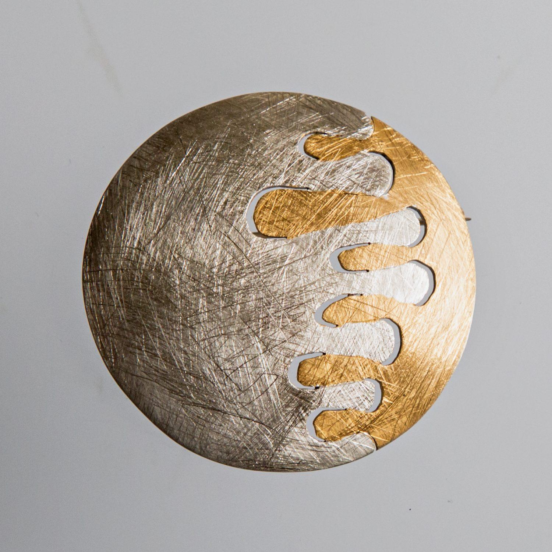 Srebrny broszko-wisior Paluszki z pozłacanymi elementami okrągły