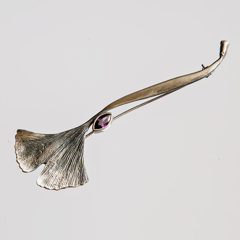 Srebrna podłużna broszka Ginko z cyrkonią
