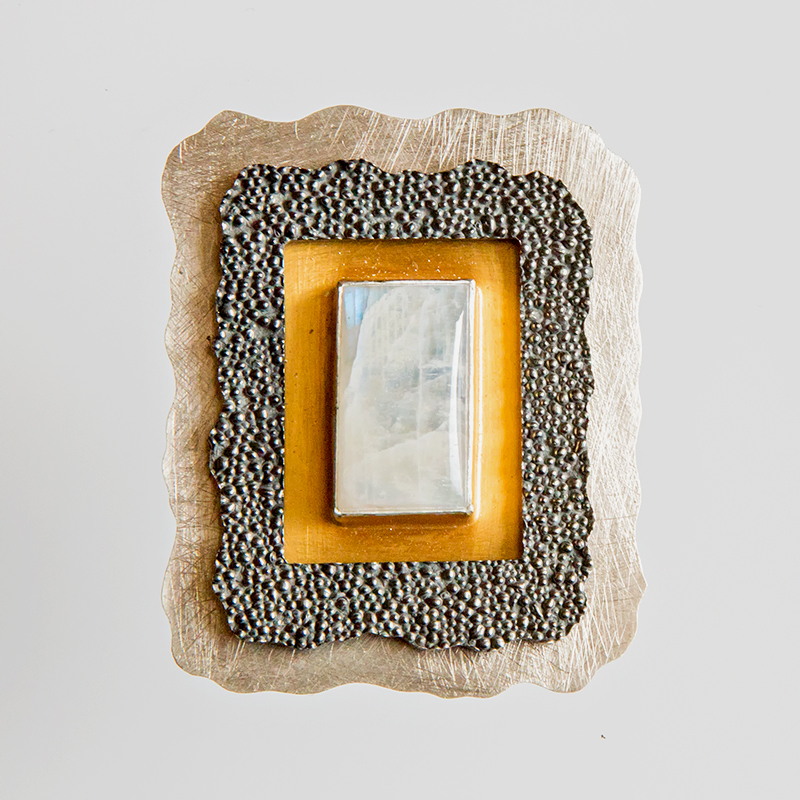 Srebrny broszko-wisior Granulacja z kamieniem naturalnym i pozłoceniem