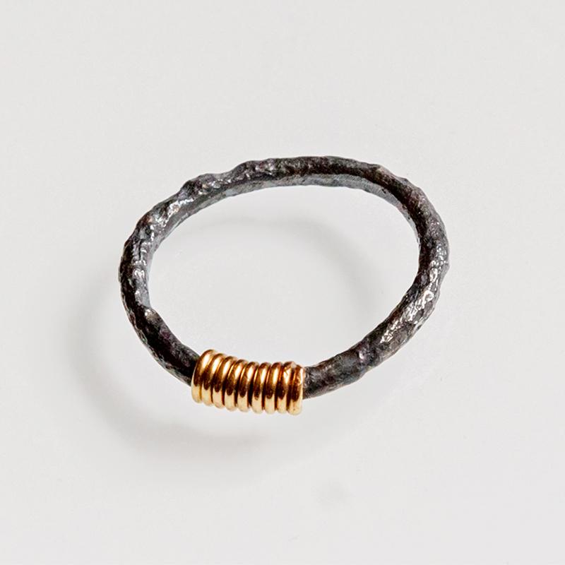 Srebrny pierścionek Rdza ze złotą sprężynką